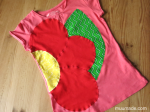 Decorating shirts with your own appliques - a finished T-shirt with a flower applique